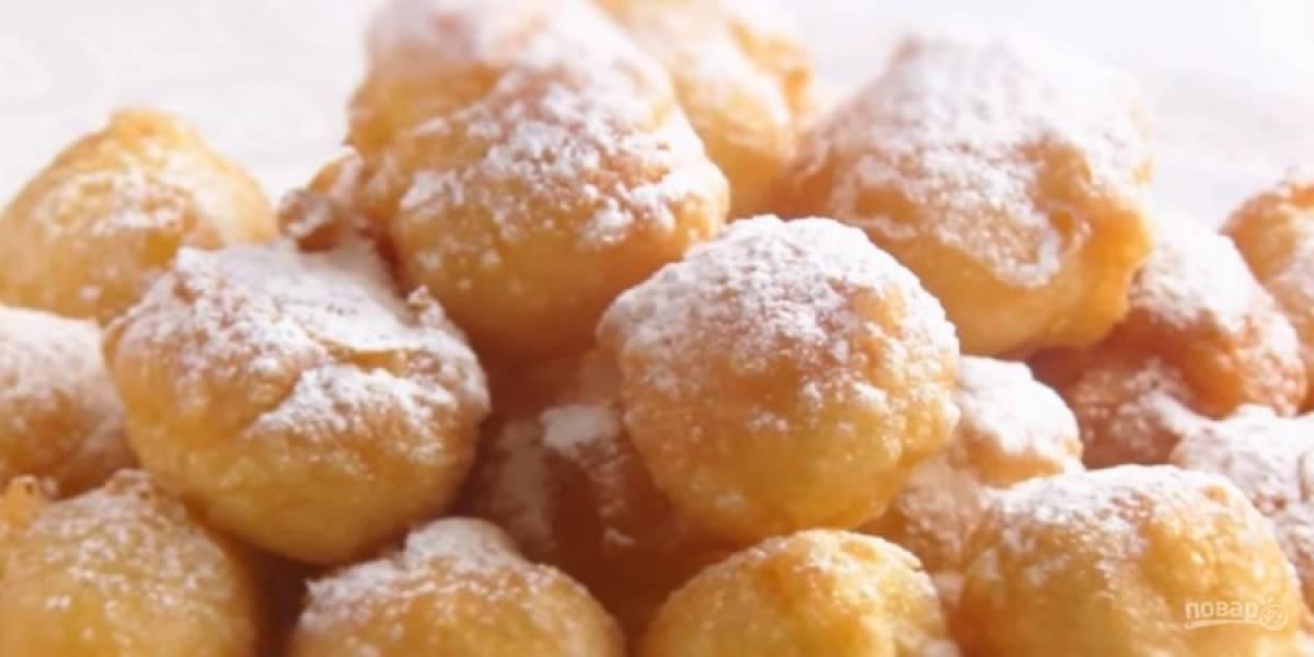 4.  Обжарьте пончики до золотистого цвета, выложите их на бумажное полотенце и дайте им остыть. Украсьте сахарной пудрой или шоколадом. Приятного аппетита!