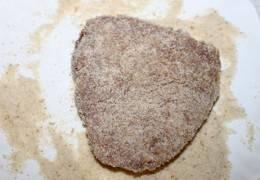 3. теперь каждый кусочек обмакиваем в панировочные сухари. При чем обваливаем хорошо, чтобы и по бокам мясо было в сухарях.
