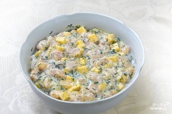 3. Добавьте измельченный чеснок, свежую зелень, специи и соль по вкусу. Всыпьте крахмал и влейте кефир. Все аккуратно перемешайте. Если время позволяет, можете оставить минут на 15-20 в холодильнике.