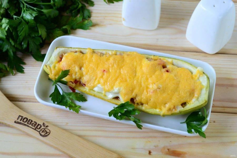 Запекайте кабачки в духовке при температуре 180 градусов 10-15 минут, пока не растопится сыр и верх фаршированных кабачков не подзолотится. Кабачки, фаршированные куриной грудкой и овощами, готовы. Подавайте горячими. Приятного аппетита!