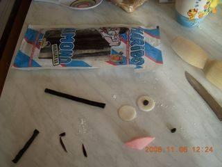 Торт оставляем в холодильнике, а тем временем делаем глазки из итальянских жевательных конфеток.