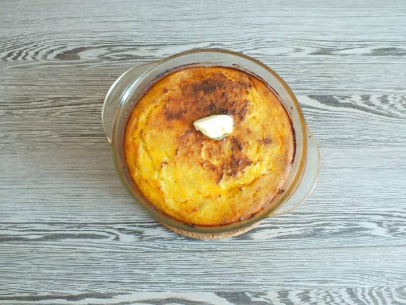 Готовую запеканку достаньте из духовки. Верх смажьте кусочком сливочного масла.