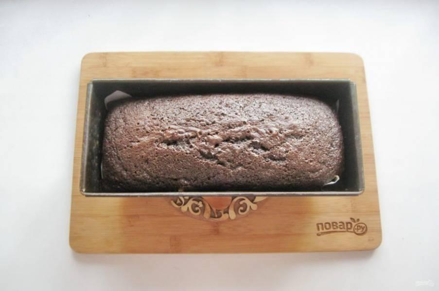 Выпекайте кекс в духовке разогретой до 175-180 градусов 40-45 минут. Готовность проверяйте деревянной палочкой. При прокалывании выпечки она должна оставаться сухой.