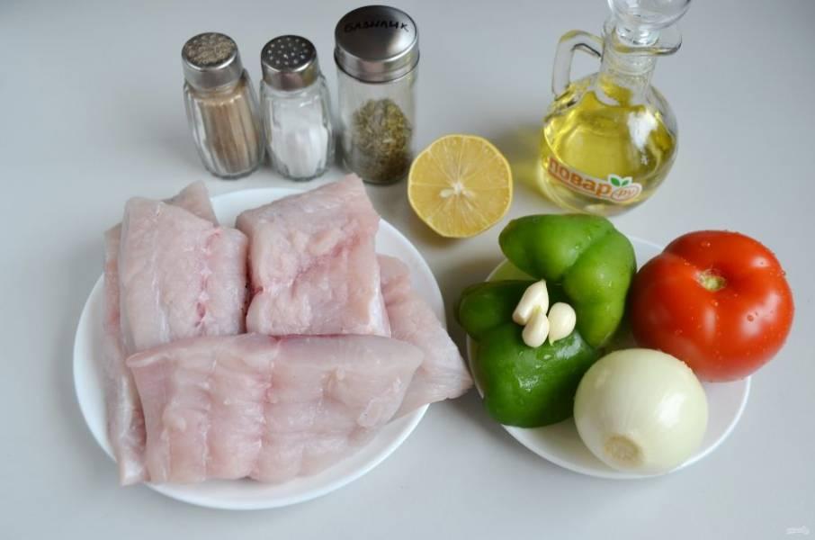 1. Подготовьте продукты. Вымойте овощи, очистите, у перца удалите семена. Рыбу порежьте крупными порционными кусочками.