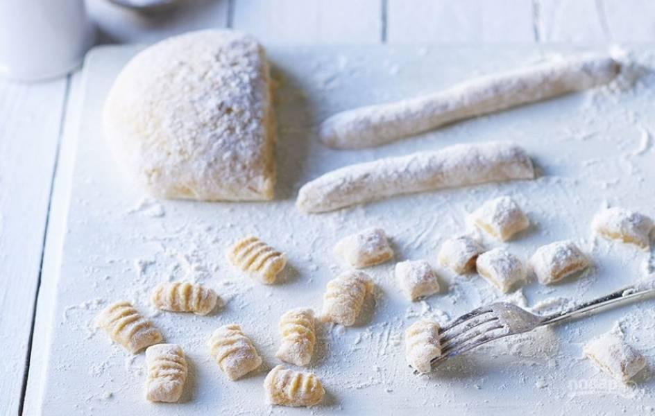 4. Скатайте полученную картофельную массу в колбаски, разделите на небольшие кусочки и придавите вилкой для красоты, как на картинке.