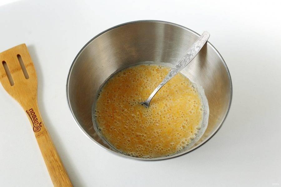 В глубокой миске соедините кефир, сахар и тертую тыкву.
