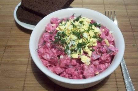 Смешиваем заправку с нарезанными овощами. Украсьте зеленью и яичными желтками. Салат росолье готов! Приятного аппетита!