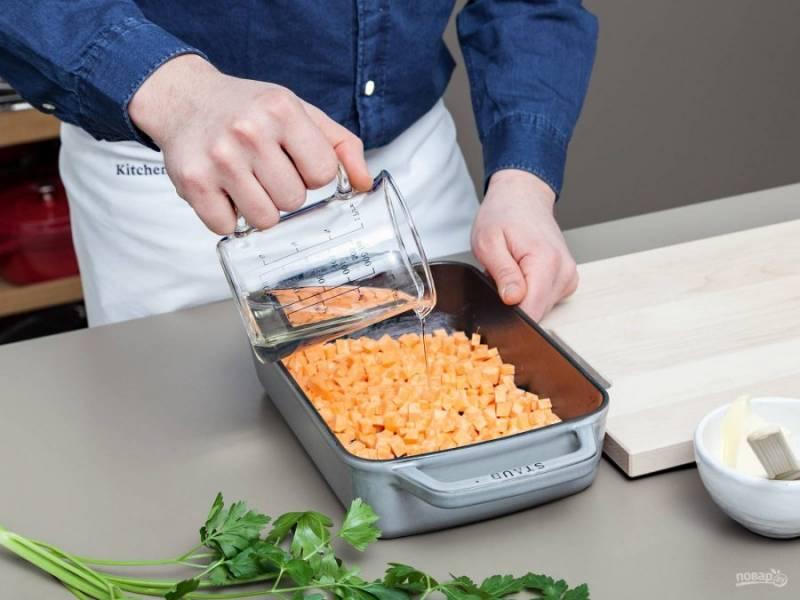 2. Затем влейте вино. Всыпьте соль. Отправьте батат запекаться в духовку при 180 градусах в течение 20 минут.