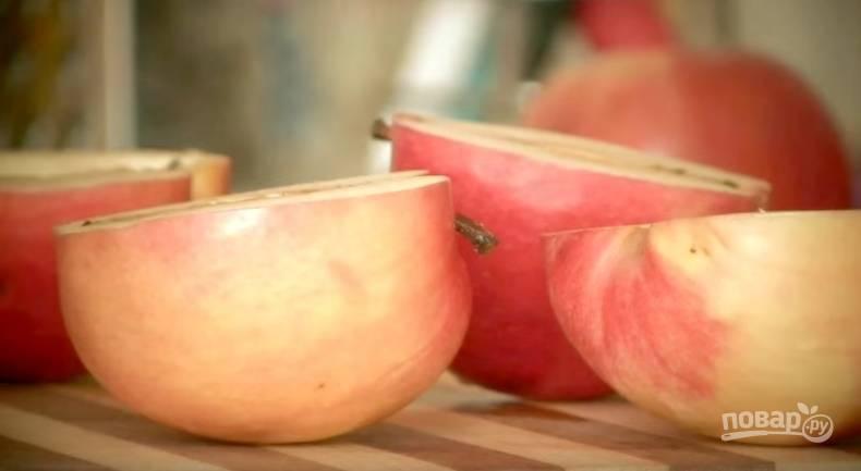 1. Два крупных яблока разрежьте поперек и удалите сердцевину ложкой.