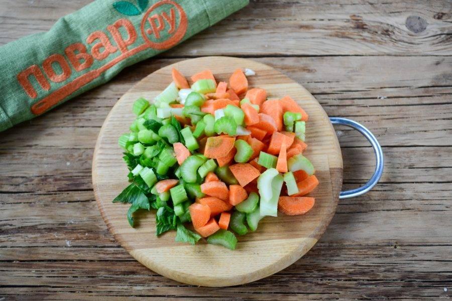 Морковь порежьте на мелкие кубики, так же порежьте и сельдерей.