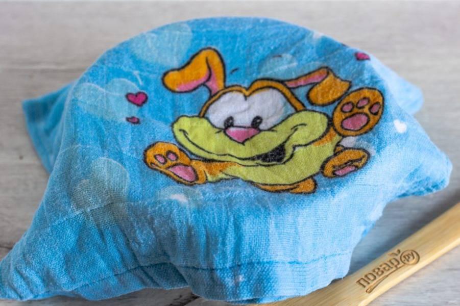 Если ваши куличи ещё не остыли, то готовый айсинг накройте чистым, влажным полотенцем. Вода капать с него в айсинг не должна. Либо закройте очень плотной крышкой.