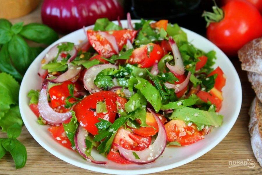Салат из помидоров с красным луком и кунжутом готов, ешьте на здоровье.