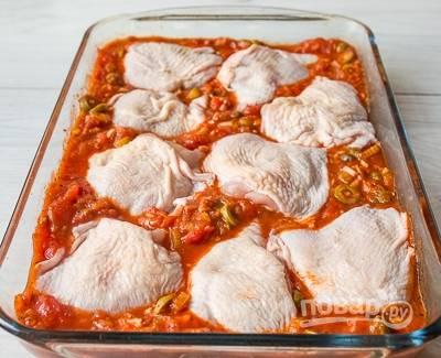 В жаропрочную форму уложите курицу. Посолите её и залейте всё соусом.