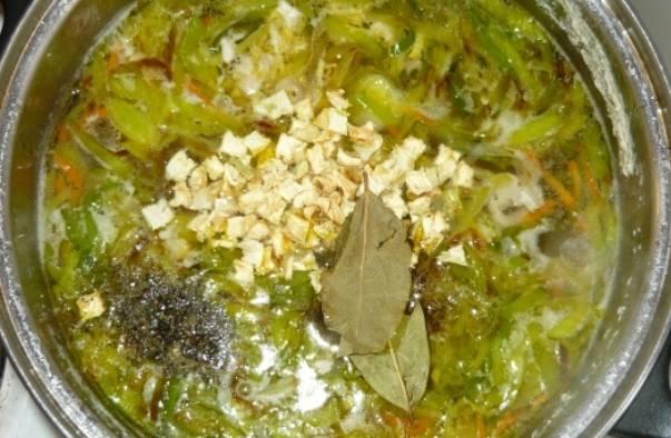 Добавляем в суп лавровый лист и специи, накрываем крышкой.