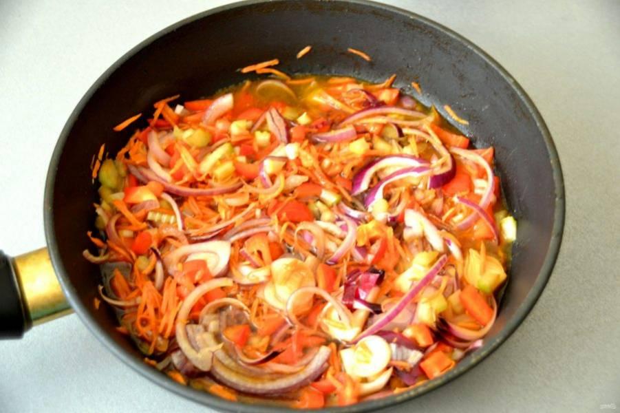 В сковороду влейте остатки оливкового масла и соевого соуса, выложите овощи и тушите 5-6 минут, после чего влейте примерно 100 мл. воды и тушите под крышкой еще 10 минут.