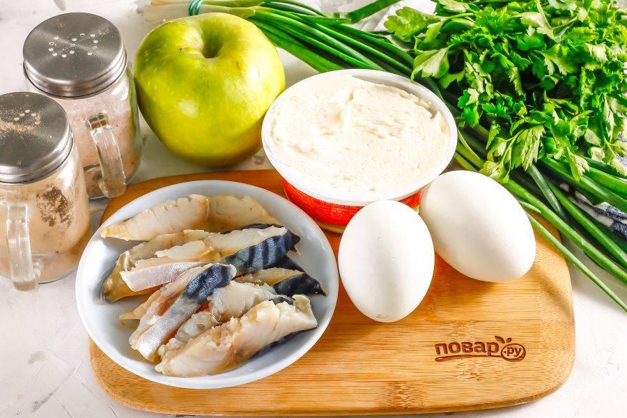 Подготовьте указанные ингредиенты. Куриные яйца отварите заранее и остудите в ледяной воде.