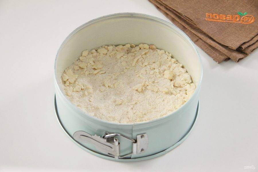 Форму для выпечки смажьте маслом. Насыпьте примерно 1/2 сухой смеси.