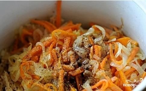 В миску со спаржей выложить обжаренные лук и морковь. Добавить уксус, соль, черный перец. Через чеснокодавку выдавить чеснок. Хорошо перемешать.