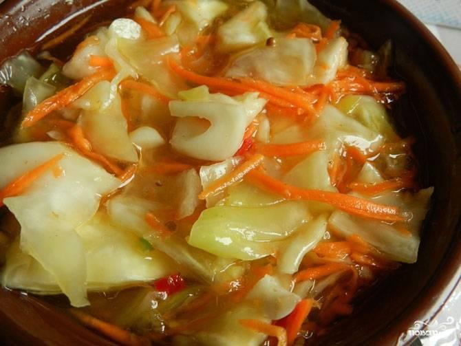 В подготовленные банки плотно уложите капусту вместе с морковкой. Залейте овощи маринадом. Храните капусту в холодильнике под крышкой.
