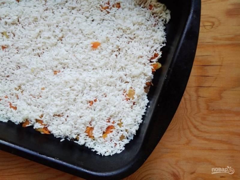 6. Потом промойте и разложите в форму для выпечки рис. Посолите его.
