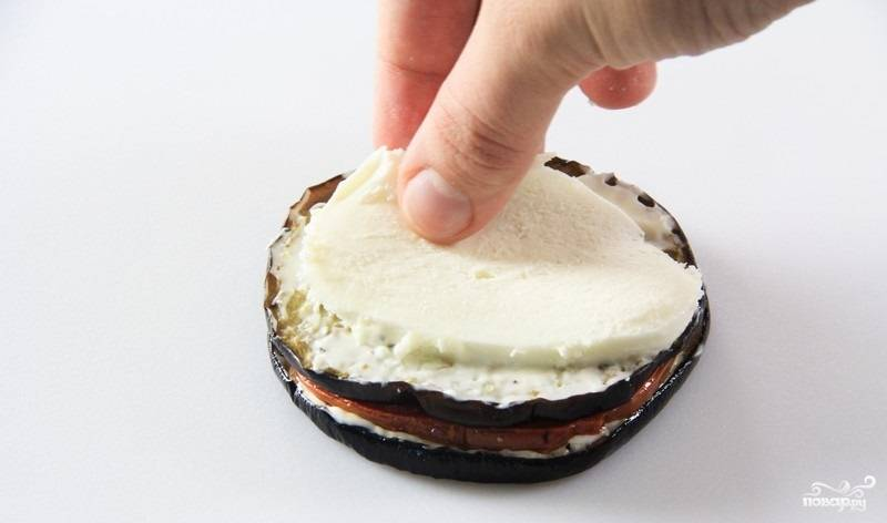 12. Сыр нарежьте такими же тоненькими колечками и выложите сверху.