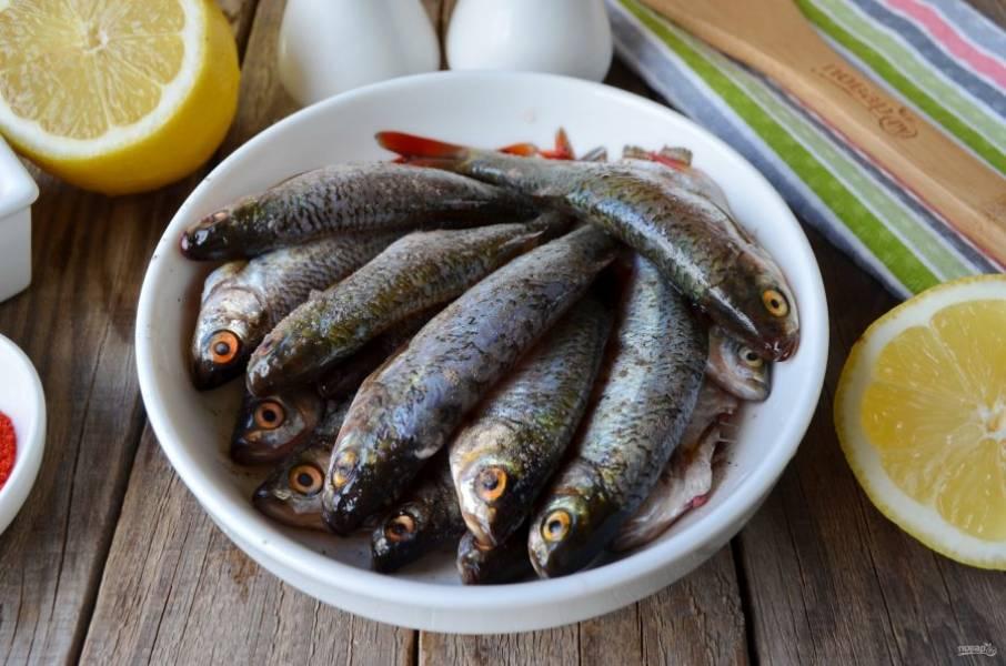 Всю рыбу посолите и поперчите по вкусу. Полейте соком половинки небольшого лимона и оставьте на 10 минут мариноваться.