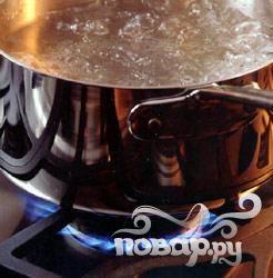 3.Вскипятите воду на среднем огне, добавьте соль и высыпьте в нее все овощи. Как только бульон вскипит, прикрутите огонь.
