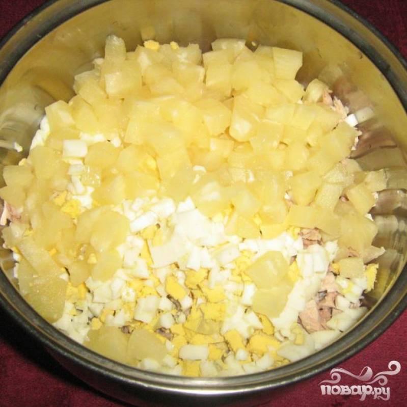 Нарезаем ананас и трем сыр с помощью терки.