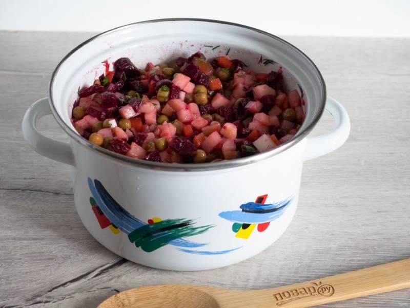 Посолите по вкусу и поставьте в холодильник на 30-60 минут. Настоявшийся винегрет в разы вкуснее, чем свежеприготовленный.