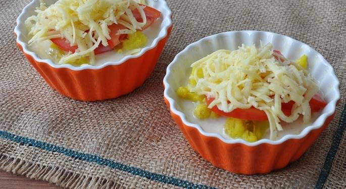 3. Теперь заливка: взбейте яйцо со сливками, солью и специями. Залейте полученной массой нашу капусту с помидорами, а сверху посыпьте натертым сыром (на среднюю терку). Вот теперь отправляйте формочки в духовку на 20 минут. Запекаться капуста должна при температуре не менее 180 градусов.
