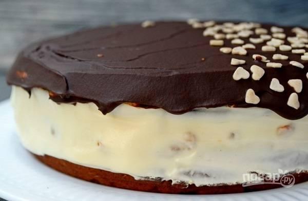 13. Покройте глазурью тортик. По желанию можно дополнительно украсить. Оставьте на несколько часов (лучше всего на ночь), чтобы он хорошо пропитался.  Приятного чаепития!