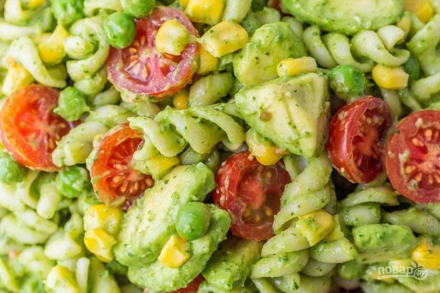Осталось лишь перемешать салатик, чтобы все ингредиенты покрылись заправкой, и по необходимости добавить еще соли и перца.