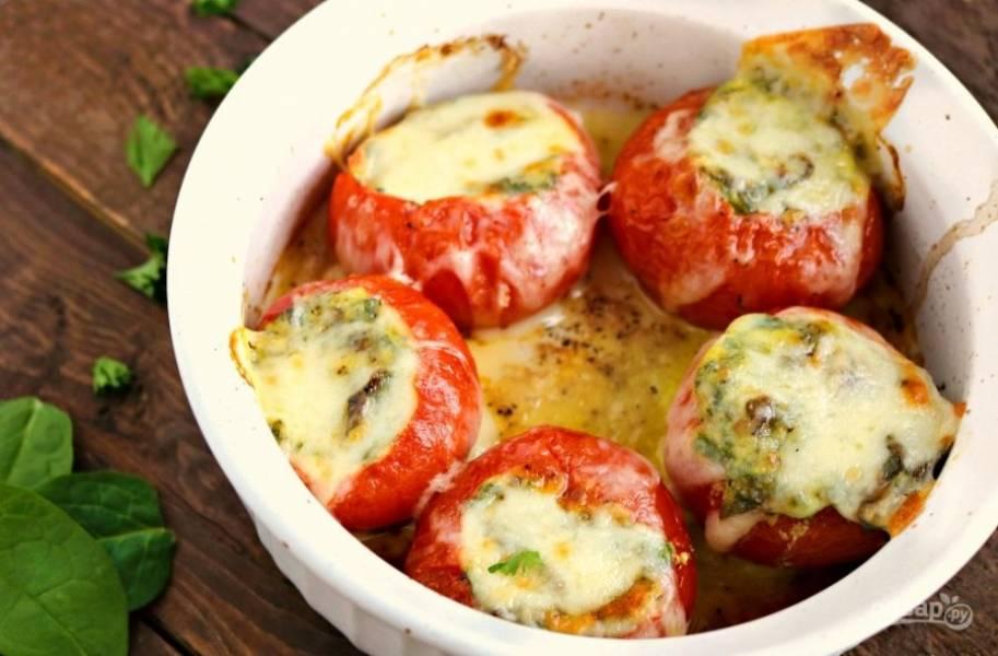 Запекайте фаршированные помидоры при 220 градусах в духовке в течение 15-20 минут. За 5 минут до готовности натрите сверху сыр. Подавайте закуску в тёплом виде. Приятного аппетита!