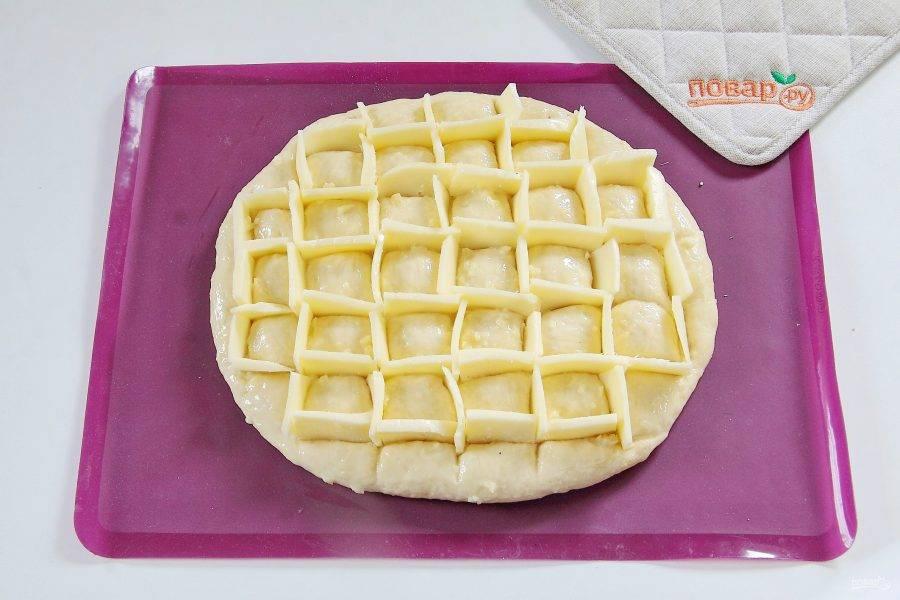 Сыр вставьте в прорези на тесте. Красота тут не важна, как получится!