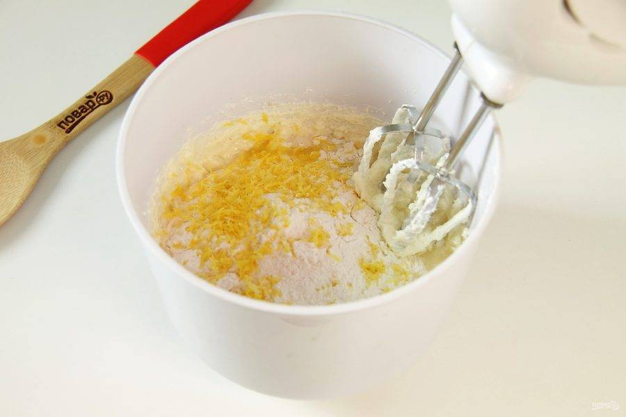 Немного взбейте до однородности и добавьте муку, цедру одного лимона и сок половины лимона.