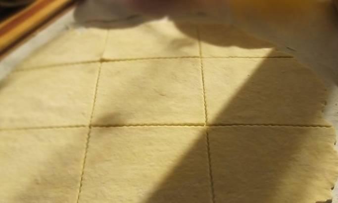 Тесто раскатываем в пласт и нарезаем большими квадратами.