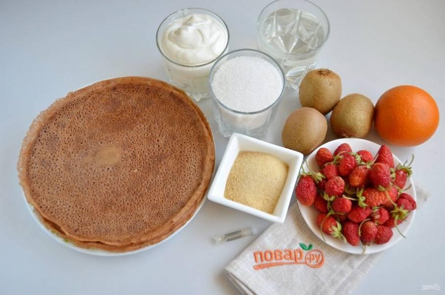 1. Итак, для тортика понадобится 10 шоколадных блинов, фрукты-ягоды (у меня ушло 250 г клубники, три киви, один апельсин), форма разъемная 20-22 см и пищевая пленка. Приступим!