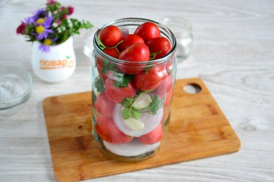 В баночку (у меня баночка объемом 700 мл) сложите сначала перец и лавровые листья, затем помидоры, перекладывая их кружочками лука и чесноком. Также для красоты положите в баночки несколько веточек петрушки.