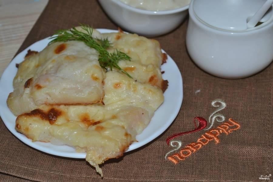 Филе пангасиуса под молочным соусом готово, подавайте его с картофельным пюре или кашей. Приятного аппетита!