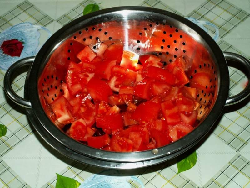 3. На время подготовки остальных ингредиентов помидоры можно также отправить в дуршлаг, чтобы салат с копченой куриной грудкой в домашних условиях не был слишком влажным.