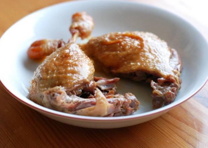Затем сложите кусочки утки в мультиварку, добавьте половину стакана воды, соль и специи по вкусу и тушите полчаса.