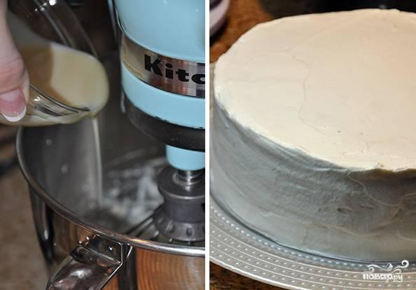 Взбейте 200 мл сливок со сгущенкой и 3 ст.л. крема. Полученной сливочной массой обмажьте весь торт.