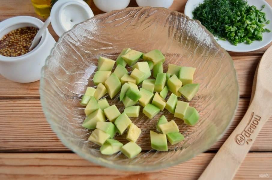 У авокадо удалите косточку и кожуру. Порежьте небольшими кусочками.