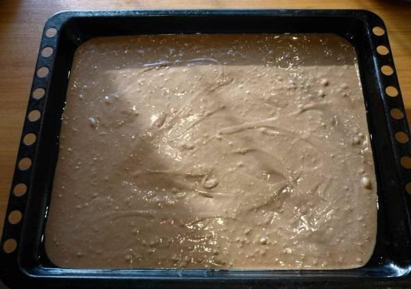5. Второй корж - это остальное тесто. Выпекать оба коржа при невысокой температуре (до 100 градусов) около 30 минут.
