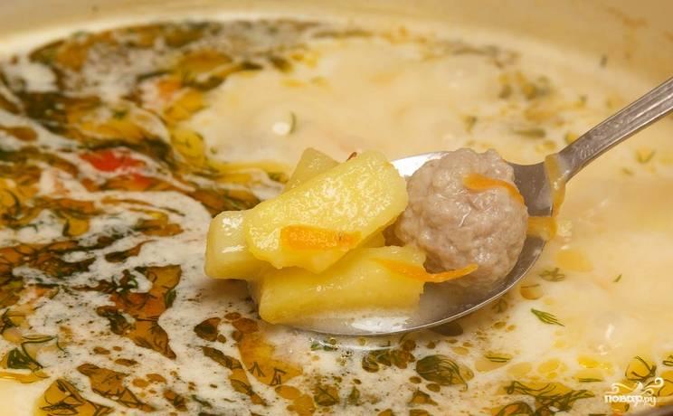 Пробуем суп на соль и перец, варим еще 5 минут. Если у вас осталась зелень, можно ее добавить.