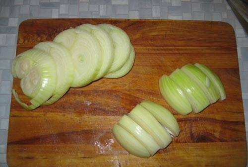 6. Очистите луковицу и нарежьте ее довольно крупными колечками.