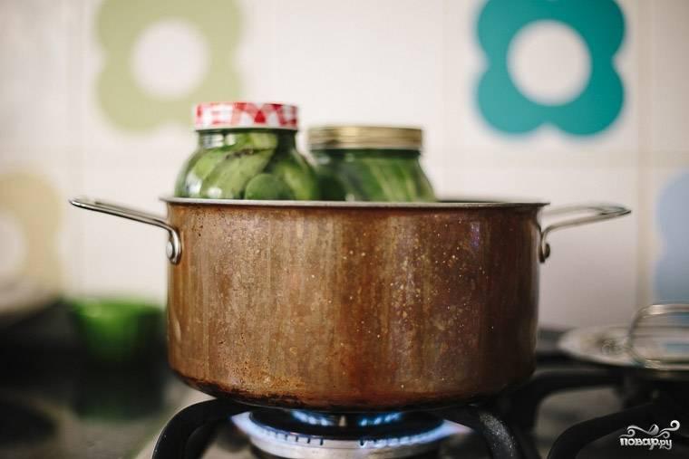 Прикройте банки крышками стерилизованными и поставьте в кастрюлю с кипящей водой еще на 10 минут.  Затем можете огурцы закатать и дать им остыть.