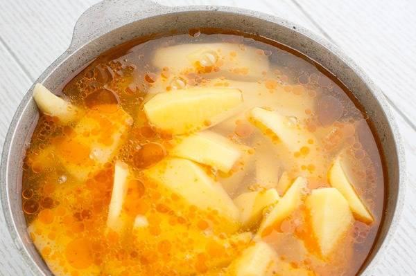 Добавляем картофель, порезанный крупными кубиками. Вливаем пол-литра подсоленной кипяченой воды, тушим до готовности картофеля. За 5 минут до конца добавьте лавровый лист и перец.