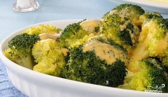 Разложите брокколи по тарелкам и полейте густым кремовым соусом. Он пропитает соцветия, и блюдо приобретет необыкновенный вкус. Приятного аппетита!