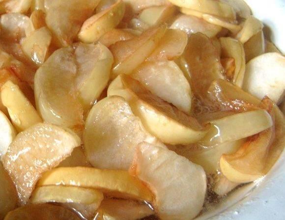 Варить яблоки нужно в три захода, с перерывами в 6 часов. В процессе варки они будут набухать и приобретать прозрачный вид. Готовность проверить легко, просто капните на блюдце, если капля не растеклась - варенье готово!
